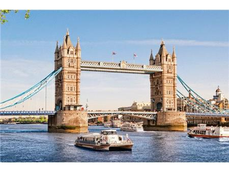 London Tower Bridge in promet po Temzi